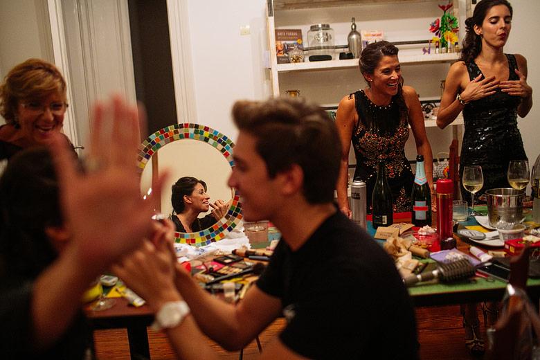 Bernardo Sever maquillando a la novia