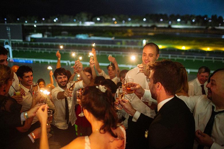 Brindis de boda con sparklers en el Hipodromo de Palermo