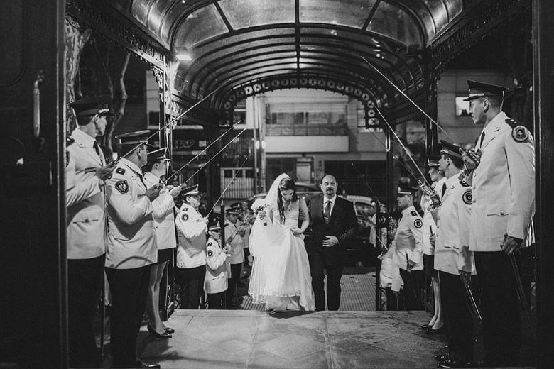 Entrada de novia con el cordon de honor de la policia federal argentina