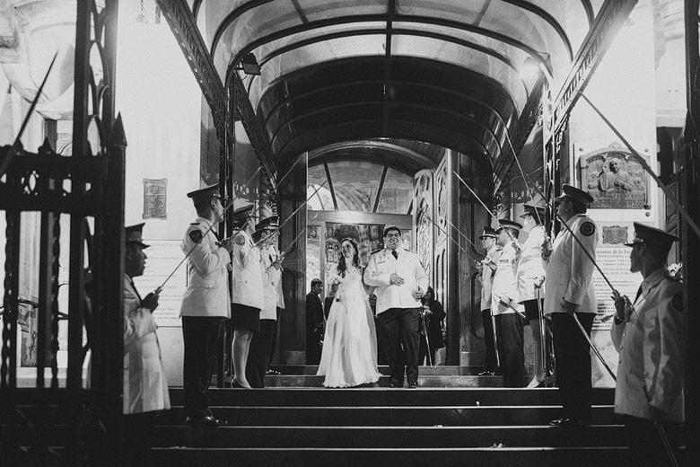 Foto salida casamiento cordon de honor policia federal argentina