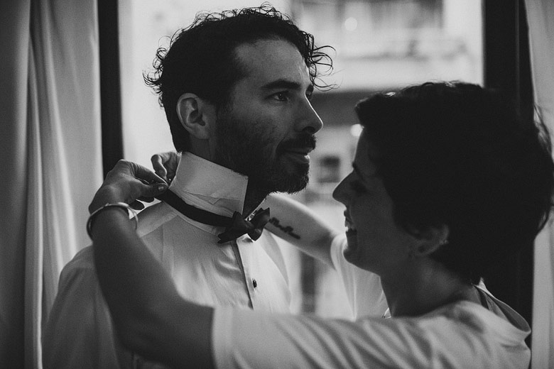 Novio y novia cambiándose juntos para el casamiento