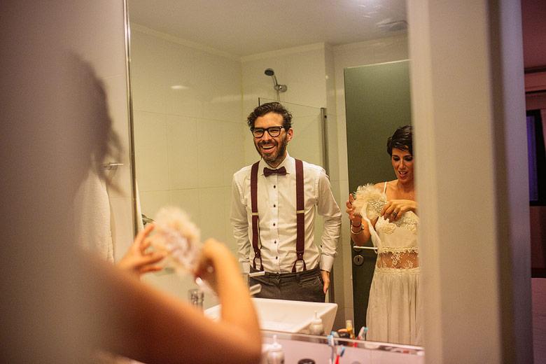 Novio y novia hipster preparandose para el casamiento