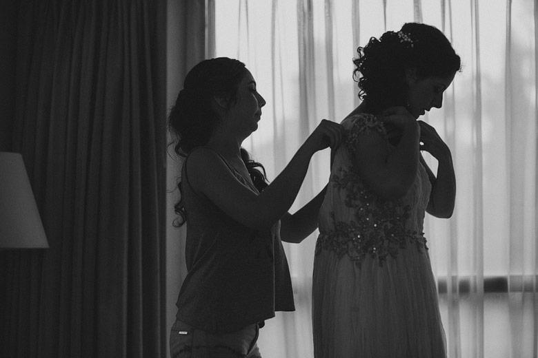 Postura del vestido previa de la novia