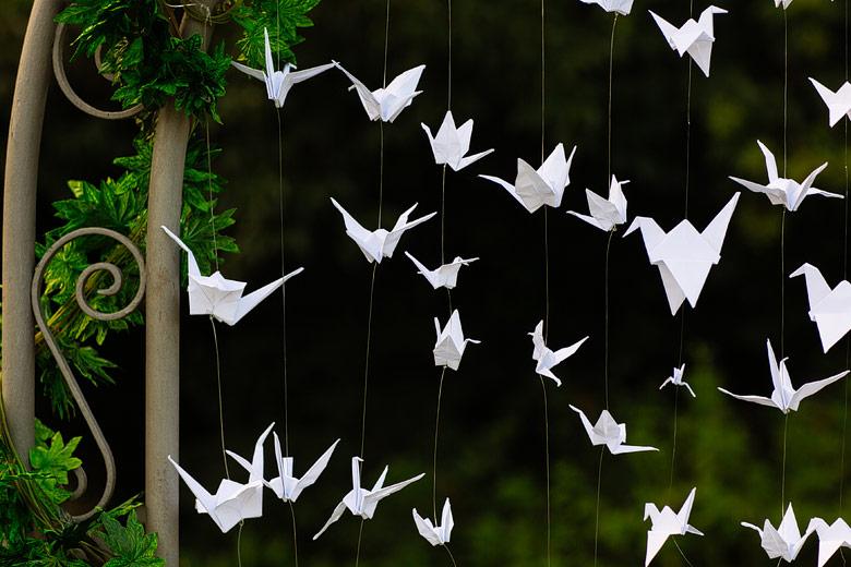 fotos de ambientación con grullas de papel para casamiento