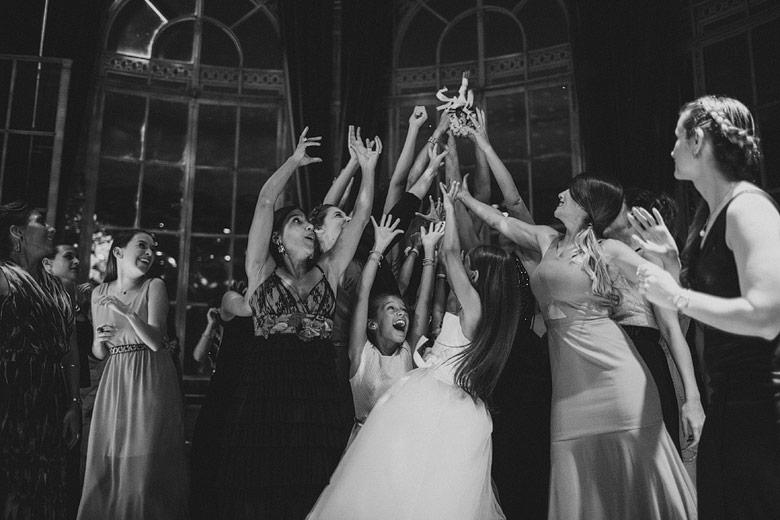 foto espontanea del ramo en casamiento