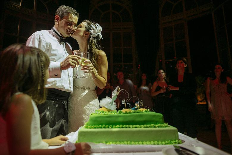 fotos espontaneas de corte de torta en casamiento