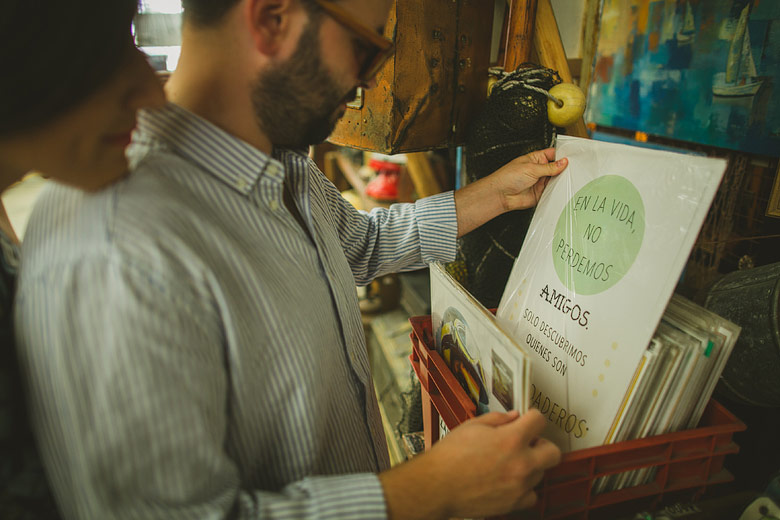 fotos no posadas en sesion pre boda en el mercado de las pulgas