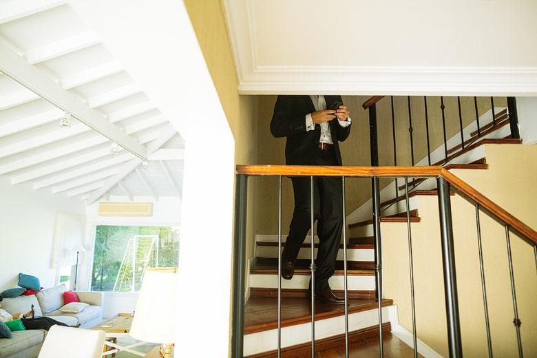 fotos de backstage de la preparacion del novio en casamiento