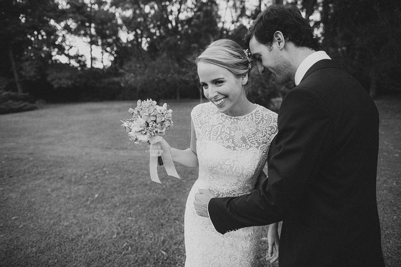 Sesión de fotos de novios espontáneas en casamiento al aire libre