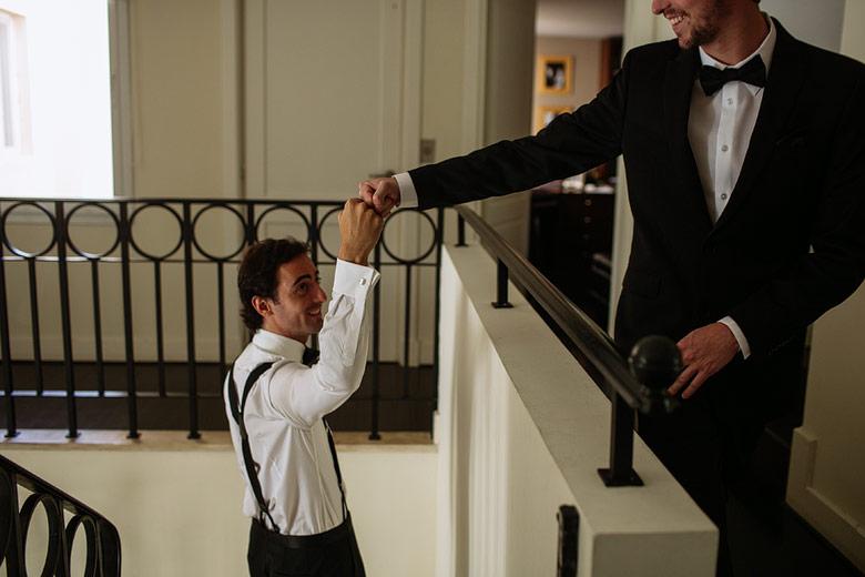 fotos espontaneas de los preparativos del novio
