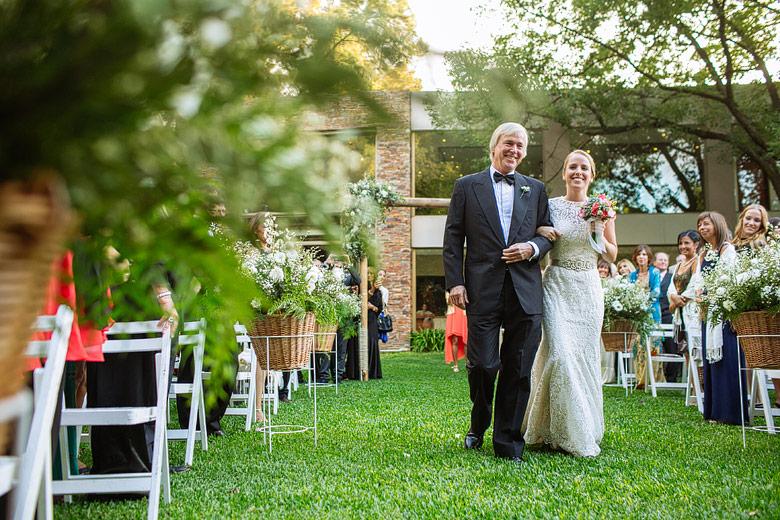 fotos de la entrada de la novia en ceremonia al aire libre en rincon de pilar